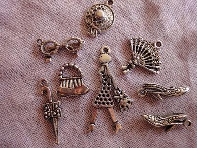 8 Ciondoli Moda tutti diversi im metallo color argento