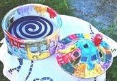 Casetta rotonda porta candele o zampirone di ceramica a colori vivaci con motivi a macchia