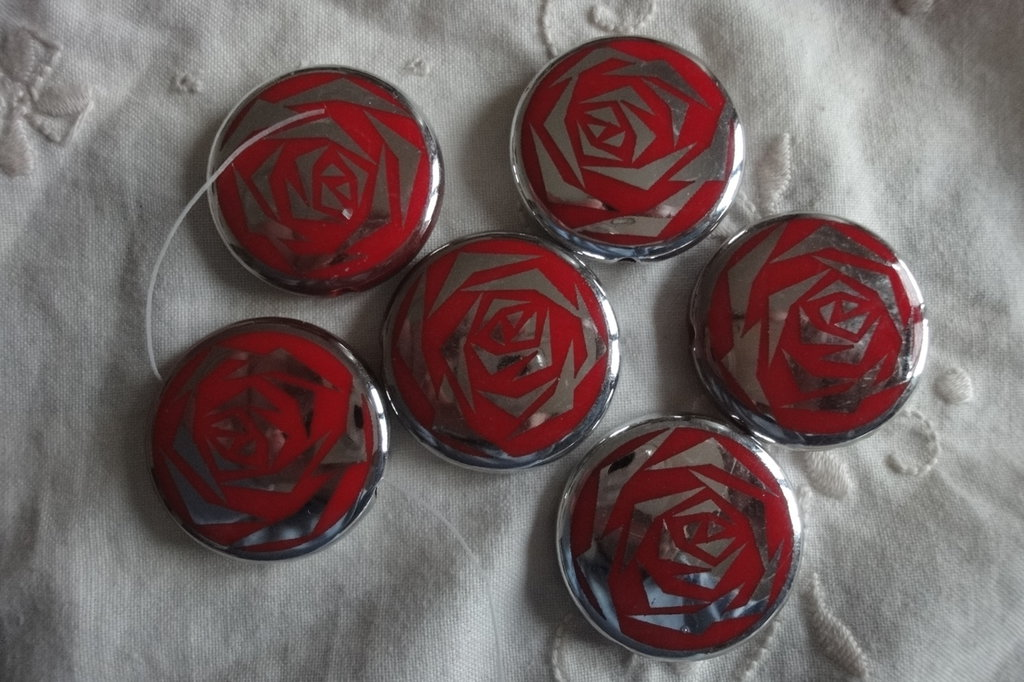 6 Perle a Pasticca in metallo con disegno stilizzato di rosa 3,2x 0,8 cm