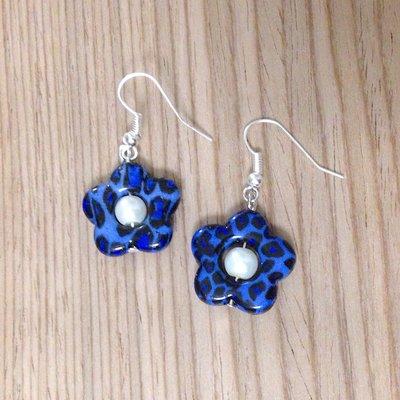 Orecchini con fiori blu leopardati e perle bianche fatti a mano