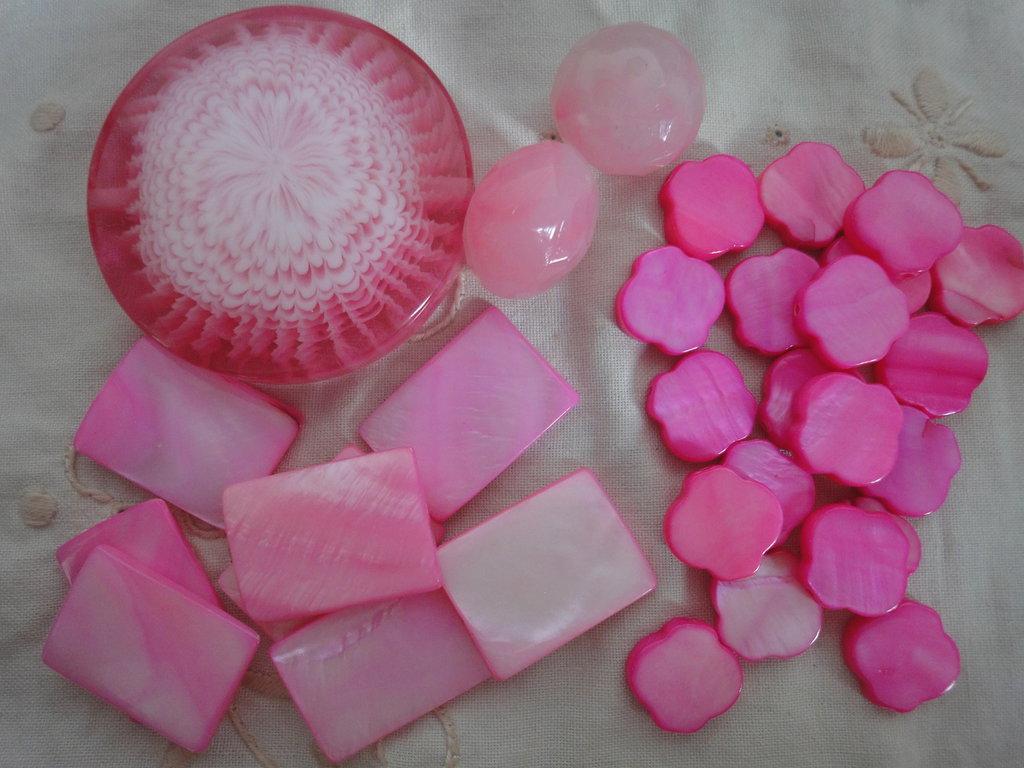 31 Perle rosa di resina e di madreperla di varie forme e misure