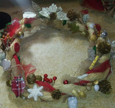 Ghirlande natalizie realizzate a mano.