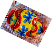 Piccole uova di ceramica da appendere o appoggiate su un porta uovo colorate vivacemente