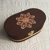 Scatola portagioie in legno con mandala decorativo