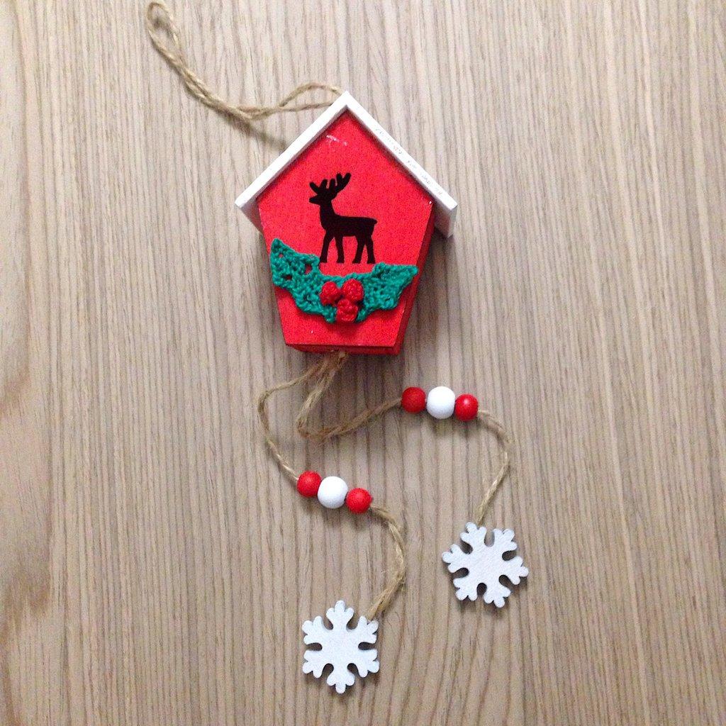 Casetta natalizia in legno con agrifoglio fatto a mano all'uncinetto