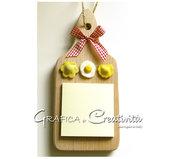 Tagliere in legno con decorazione: ravioli e uovo