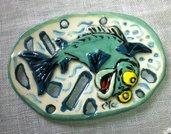 Pesci e piccoli animaletti in rilievo su forme traforate in ceramica vivacemente colorati