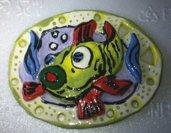 Appendini: pesci e piccoli animaletti in rilievo su forme traforate in ceramica colorata