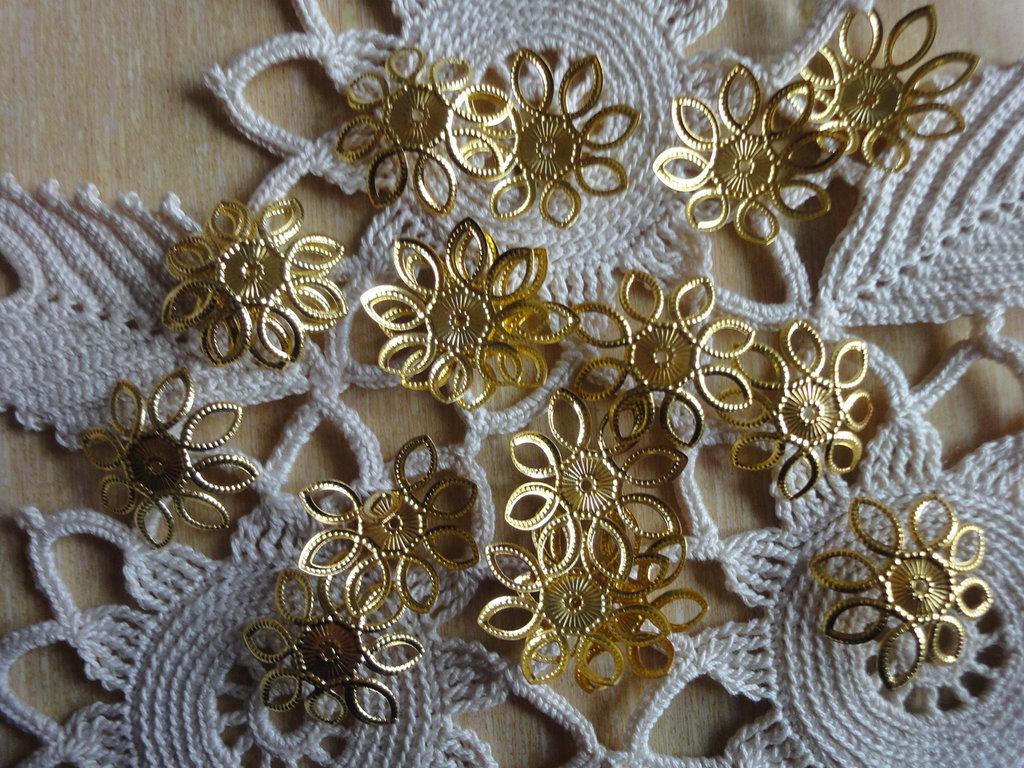 20 Copriperle dorate a forma di fiore , aperte 21 mm. si possono adattare alla misura della perla