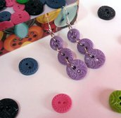 Orecchini con bottoni viola