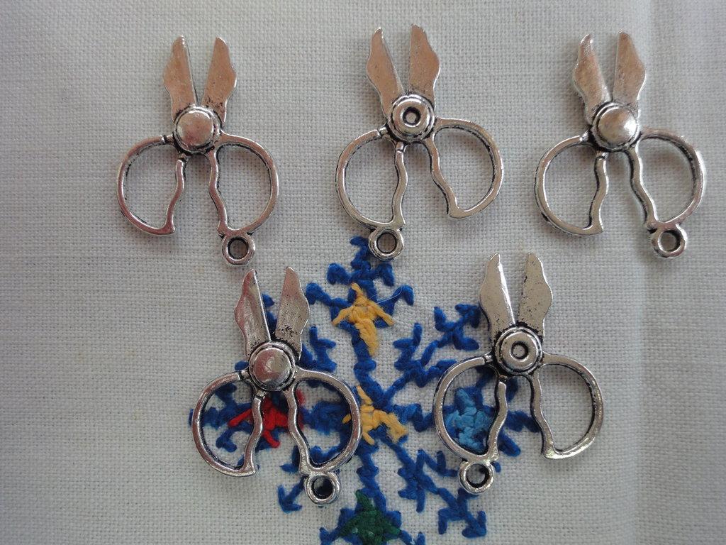 5 Forbici da cucito in metallo color argento 27x20 mm.