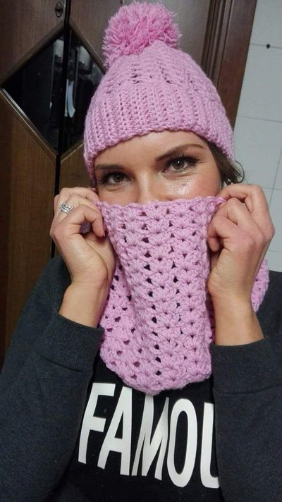 Cappello pom pom e scaldacollo in pura lana fatti a mano, set di cappello e scaldacollo rosa al uncinetto, completo cappello e scaldacollo donna