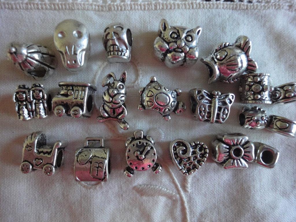 20 Perle foro largo PD color argento vari soggetti e misure