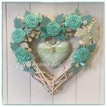 Cuore/fiocco nascita in vimini con roselline ,rametti e cuore bianchi e verde acqua