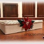 Scatola natalizia ricoperta di spago impreziosita da fiore in alluminio