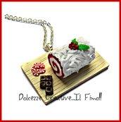 Natale in dolcezze - Collana torta tronchetto red velvet - con glassa e agrifoglio, cioccolato. kawaii miniature