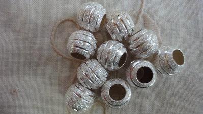 10 Perle metallo sabbiato e righe lucide foro largo PD  10x8 mm