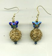 Orecchini pendenti con farfallina in cloisonné cobalto e gomitolo in filo metallico