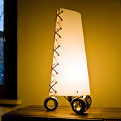 SAM CROMO - Lampada da tavolo con le ruote
