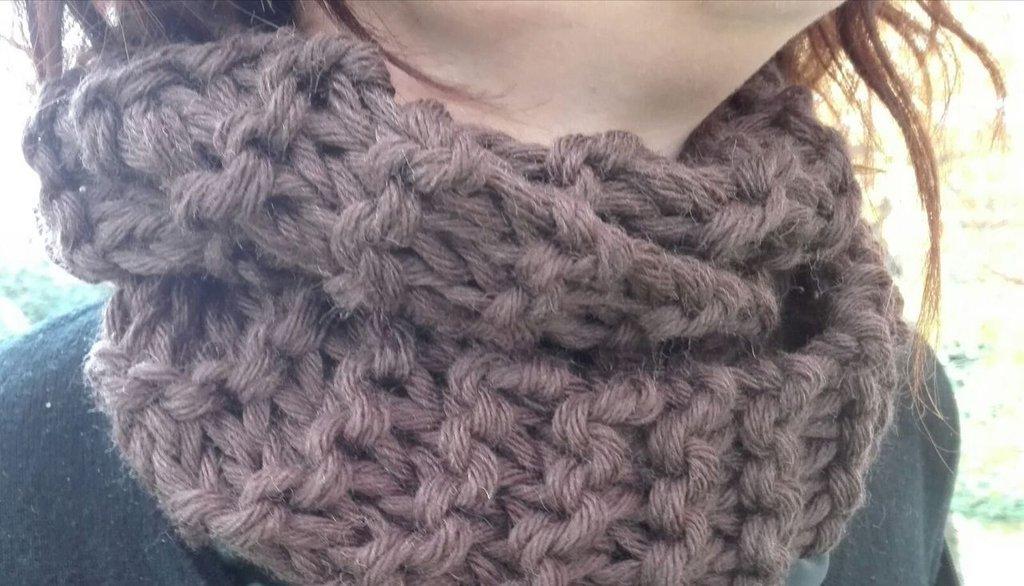 aspetto dettagliato 885d9 865ca sciarpa ad anello di lana lavorata ai ferri