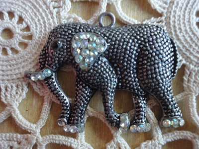 Ciondolo Elefante color acciaio antico con strass molto rifinito 53x42 mm.