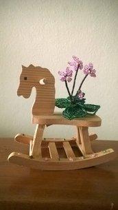 Cavallino  a dondolo  in legno con ciclamino in perline