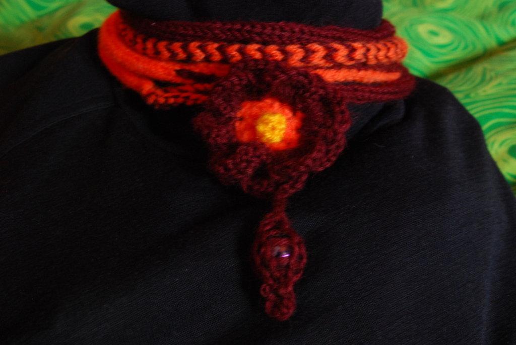Girocollo di lana con fiore e perla