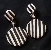 Orecchini da applicare al lobo di ceramica a righe bianche e nere formati da 2 lenti 1 più grande dell'altra