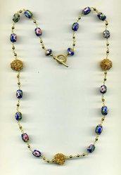 Collana concatenata con barilotti in cloisonné blu cobalto e fiorellini rosa