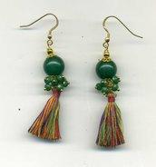 Orecchini pendenti verdi con nappina mutlicolore