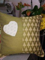 Cuscino in lana  verde fatto a mano con cuore applicato