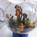 Pallina di Natale in plexiglass da usare come decorazione sull'albero, all'interno un presepe