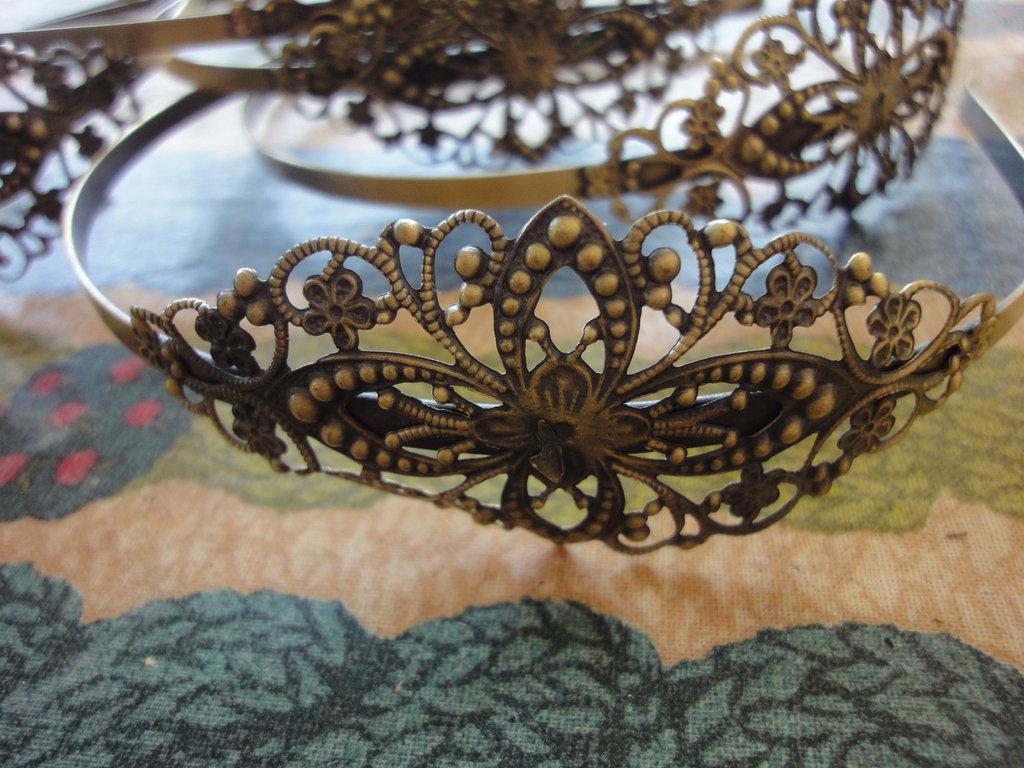 2 cerchietti per capelli in metallo color bronzo con applicazione in filigrana.