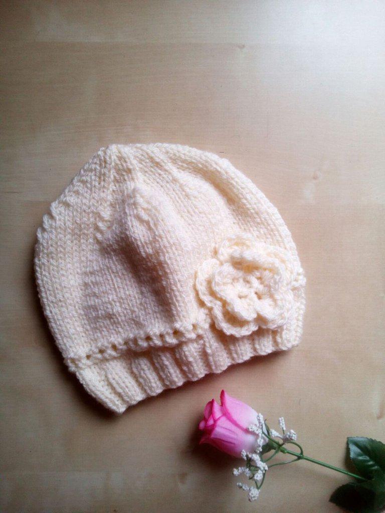 berrettina neonata/bambina fatto a mano ai ferri con fiore uncinetto - cappellino a uncinetto avorio