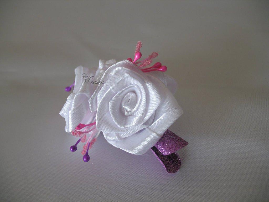 Fermaglio per capelli con rose bianche ed elementi fucsia