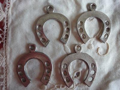 4 Ferri di Cavallo in Metallo color argento 38x32mm.
