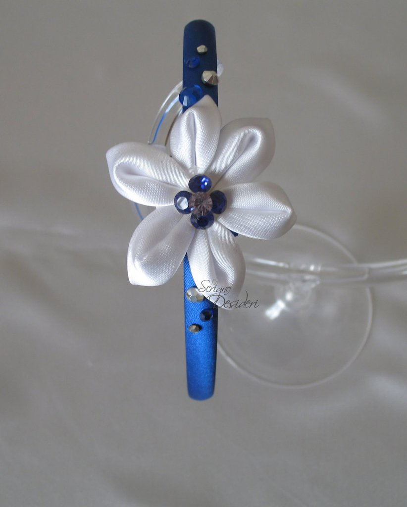 Cerchietto in raso blu con fiore Kanzashi bianco