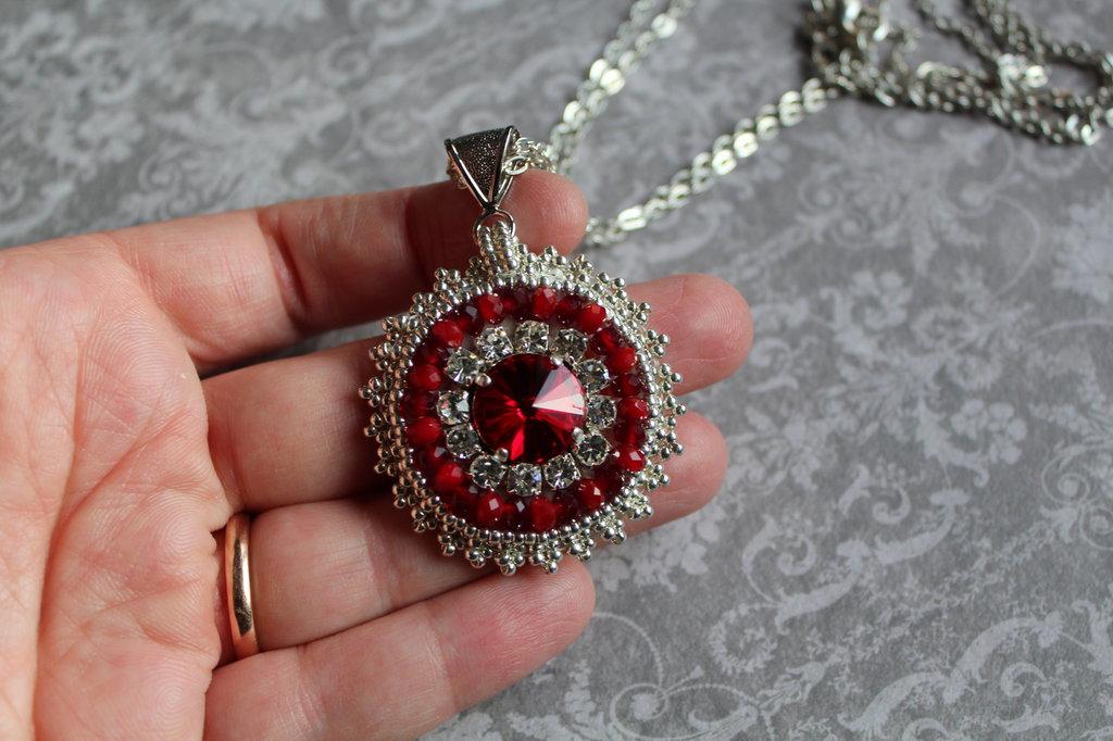 Ciondolo bead embroidery con strass e swarovski (rosso)