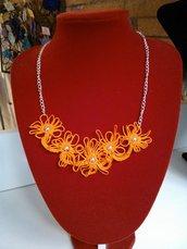 Collana arancio in cotone realizzata al chiacchierino ad ago