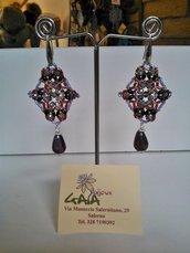 Orecchini in tessitura di perline con pendente a goccia viola variegato