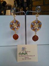 Orecchini in tessitura di perline di cristallo, pendente in madrepora