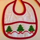 Bavaglino rosso alberi di Natale ricamato a mano a punto croce