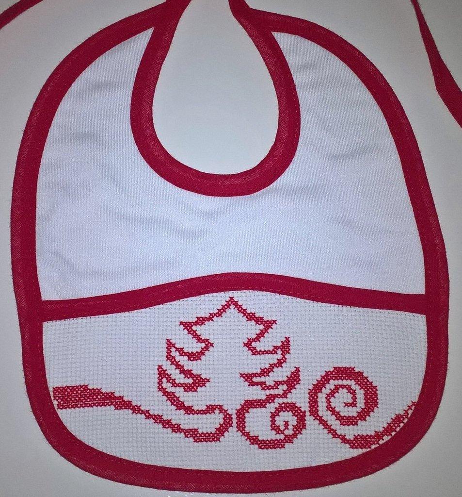 Bavaglino rosso albero di Natale ricamato a mano a punto croce