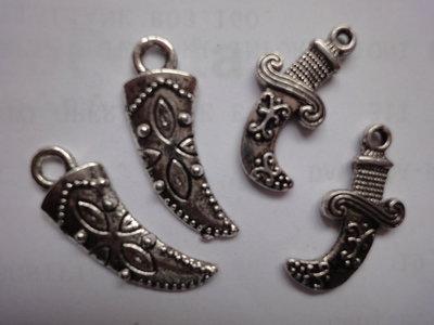 4 Pugnali lavorati in Metallo color argento 29x10mm. e 24x11mm.