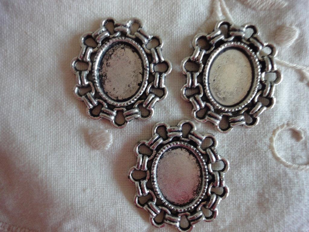 3 Cornici metallo color argento 26x23 mm. misura interna 13x10 mm