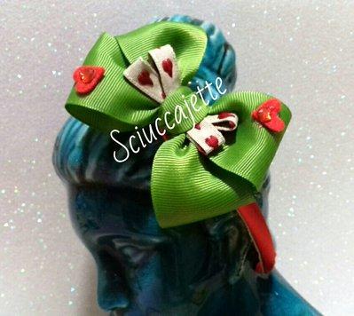 Cerchietto con fiocco verde e cuori rossi