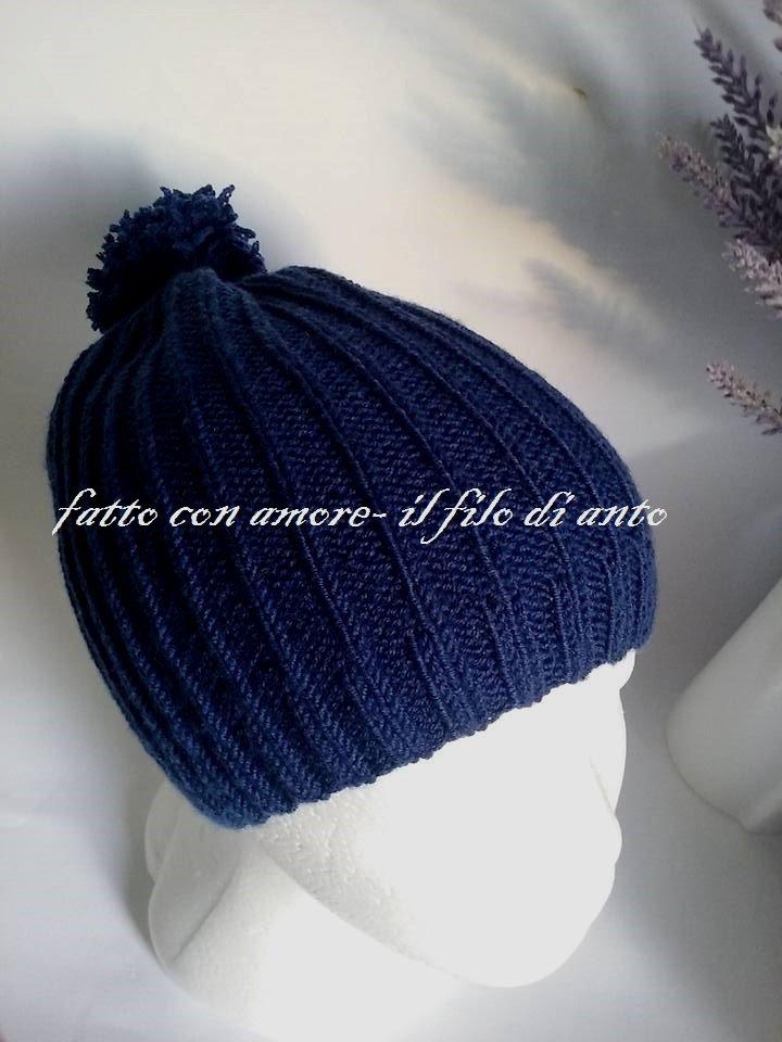 Cappello  bambino in lana merinos 100% blu marina fatto a maglia con pom pom