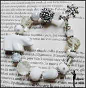Bracciale rigido con perle miste e orsetto polare - BIANCO
