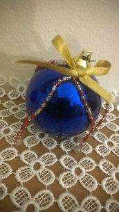 Palline di Natale decorate con perline
