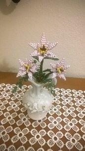 Tre stelle di Natale rosa in vasetto di ceramica